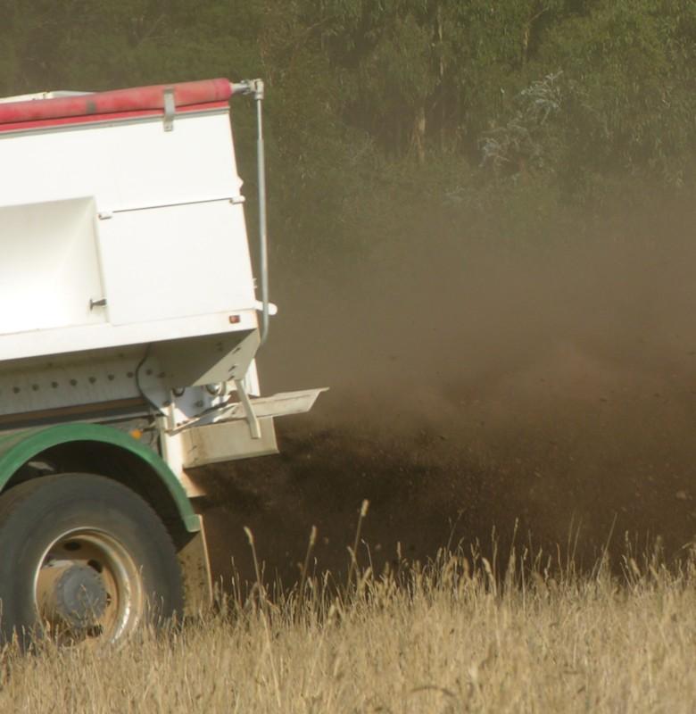 Fertiliser spreading composted manure 309 web